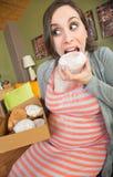 Грязная еда беременной женщины Стоковые Изображения