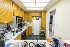 Грязная кухня кондо стоковая фотография