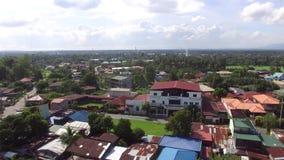 Грязная община снабжения жилищем на окраинах города Съемка антенны трутня видеоматериал