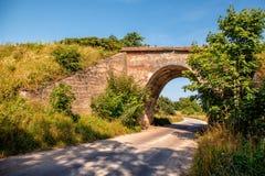 Грязная улица и старый железнодорожный мост Стоковое фото RF