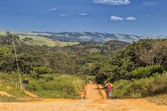 Грязная улица, сельский район Африки malange, Ангола стоковое изображение