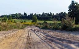 Грязная улица среди полей стоковое фото rf