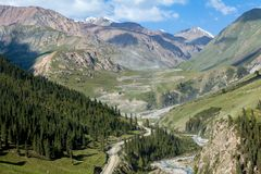 Грязная улица замотки идя к золотодобывающему руднику Kumtor Стоковые Фотографии RF
