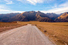 Грязная улица и горы Стоковые Фото