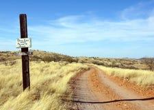 Грязная улица мертвого конца в пустыне стоковое изображение