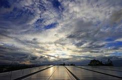 Грязное облако над солнечной системой крыши PV стоковая фотография