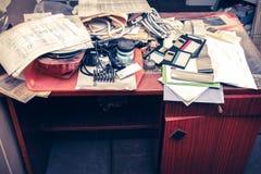 Грязное рабочее место с стогом бумаги Стоковая Фотография RF