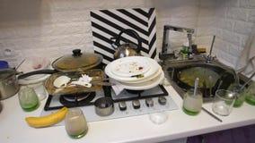 Грязные блюда на кухне видеоматериал