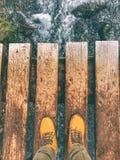 Грязные ботинки на парке озер Joffre захолустном стоковая фотография rf