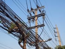 Грязный провод и кабель на столбе электричества Стоковое фото RF
