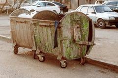 2 грязных мусорного контейнера погани покрашенного в зеленом цвете Стоковые Изображения RF