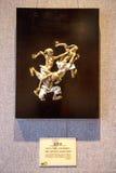Грязь в академии клана Chen, созданные произведения искусства, группа в составе шаловливые дети которые бросили их ботинки прочь стоковые изображения rf