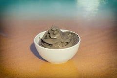 Грязь мертвого моря в чашке стоковые фотографии rf