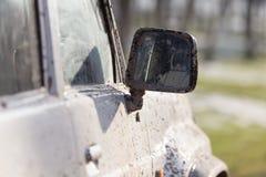 Грязь на зеркале автомобиля стоковая фотография rf