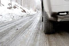 Грязь покрыла SUV на тинной дороге Стоковое фото RF
