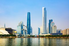 Гуанчжоу, Китай - 3-ье января 2018: Современный городской пейзаж Гуанчжоу отразил в реке Perl на заходе солнца стоковые изображения rf