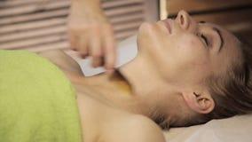Гуашь шабера массажа Masseur делает точечный массаж на женской стороне Китайская нетрадиционная медицина акции видеоматериалы