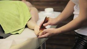 Гуашь шабера массажа Masseur делает точечный массаж на женской стороне Китайская нетрадиционная медицина видеоматериал