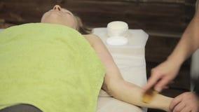 Гуашь шабера массажа Masseur делает точечный массаж на женской стороне Китайская нетрадиционная медицина сток-видео