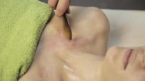 Гуашь шабера массажа masseur делает точечный массаж на женской шеи Китайская нетрадиционная медицина видеоматериал