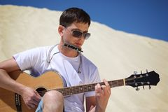 губа ванты гитары аккордеони играет усаживание san стоковое изображение