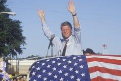 Губернатор Билл Клинтон и волна сенатора Al Gore правого человека к сторонникам на здании суда графства во время Клинтона/Гор 199 Стоковое Изображение