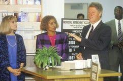 Губернатор Билл Клинтон и жена Hillary присутствуют на работе - учебном классе в центре подготовки занятости вод Максина в 1992 в Стоковое Изображение