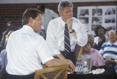 Губернатор Билл Клинтон и сенатор Al Gore на Луис гладит рукой детский сад во время путешествия 1992 кампании Buscapade в восточн Стоковое фото RF