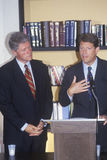 Губернатор Билл Клинтон и сенатор Al Gore проводит пресс-конференцию на путешествии кампании buscapade 1992 в Waco, Техасе Стоковое фото RF