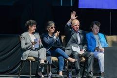 Губернатор Калифорнии развевает на толпе на двадцатом ежегодном саммите 17 Лаке Таюое Стоковое Фото