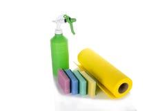 Губки и спрейер ткани чистки изолированные на белизне Стоковые Фотографии RF