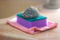 Губки пены и металла для мыть Стоковое фото RF