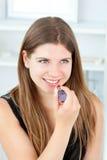 губная помада девушки кладя красное предназначенное для подростков Стоковое Изображение