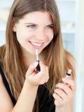губная помада девушки сь использующ Стоковая Фотография