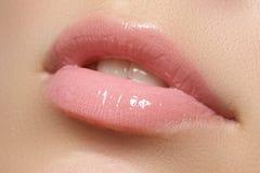 губы естественные Закройте вверх по всходу молодой красивой девушки с совершенной кожей губы Стоковое Изображение