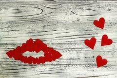 Губы маленьких красных сердец на деревянной предпосылке Концепция  Стоковые Фотографии RF