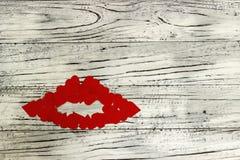 Губы маленьких красных сердец на деревянной предпосылке Концепция  Стоковая Фотография RF