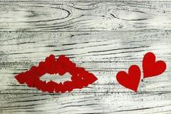 Губы маленьких красных сердец на деревянной предпосылке Концепция  Стоковое Фото