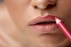 Губы состава Красивые губы женщины с ручкой губы, вкладышем, карандашем Стоковые Изображения RF