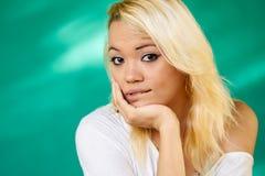 Губы тревоженой девушки Latina портрета людей сдерживая Стоковые Изображения