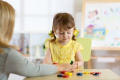 Гувернер и preschooler ягнятся играть с воспитательными игрушками стоковая фотография rf