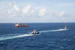 2 гужа и оранжевого топливозаправщик на голубом море Стоковые Фото