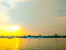Гуж буксира на заходе солнца Chao Рекы Phraya Стоковая Фотография