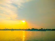 Гуж буксира на заходе солнца Chao Рекы Phraya Стоковые Изображения RF