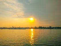 Гуж буксира на заходе солнца Chao Рекы Phraya Стоковые Фото