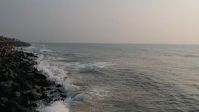 Гуляет пляж, пляж Pondicherry утеса, в Pondicherry, Tamil Nadu, Индия акции видеоматериалы