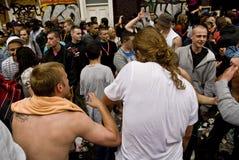 Гуляки танцуя в улице стоковая фотография