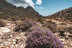 гулять гор Пеший туризм и трассы туриста на острове Крита, Греции Путь к известному пляжу Balos на горячем стоковые изображения