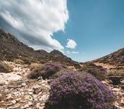 гулять гор Пеший туризм и трассы туриста на острове Крита, Греции Путь к известному пляжу Balos на горячем стоковое фото
