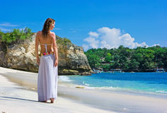 гулять девушки брюнет пляжа Стоковая Фотография